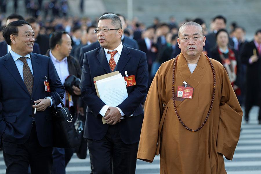 圖為2017年3月8日,少林寺現任住持、中國佛教協會副主席、河南省佛教協會會長釋永信(右)在北京參加「兩會」。(Lintao Zhang/Getty Images)