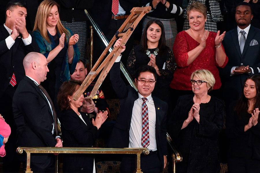 特朗普在國會發表國情咨文時,詳細地述說脫北者池成鎬及家人遭受流氓政權迫害的悲慘命運。圖中為高舉拐杖,受到全場起立鼓掌的池成鎬。(SAUL LOEB/AFP/Getty Images)
