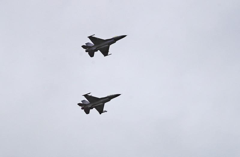 黃曆新年即將到來,國軍展現戰備能力,花東防衛指揮部1月30日模擬花蓮港遭到共軍襲擊,F-16戰機對逃走的共軍實施空中攻擊。(中央社)