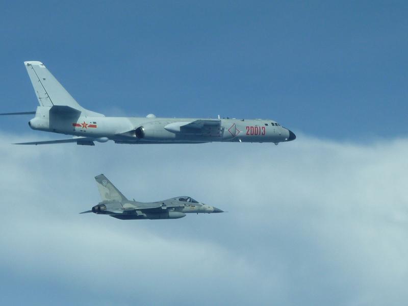 中華民國國防部2017年7月21日首度主動公佈空軍拍攝的中共軍機畫面,根據國防部發佈的照片,可清楚看到編號分別為20013和20119的轟六戰機,其中編號20013的轟六轟炸機,伴飛偵監的是台灣的經國號戰機。(中央社檔案照片)
