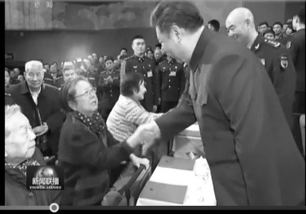 范長龍沒有隨習近平一起跟退休軍隊幹部們握手。(視像擷圖)