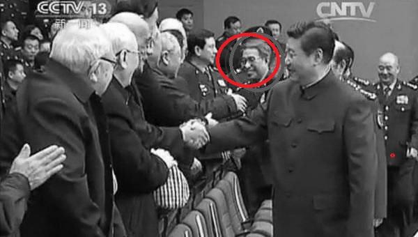 圖為已卸任中共軍委副主席的徐才厚(紅圈者)隨習近平與退休幹部握手資料圖片。(視像擷圖)
