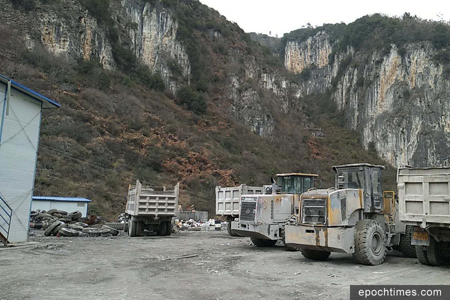 近日,貴州省赫章縣夾岩水利工程水源工程項目部被百餘名農民工圍堵討薪。(受訪者提供)