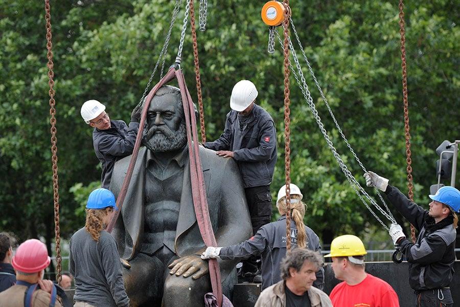 圖為2010年9月德國工人正在移除柏林的一座馬克思雕像。雕像是1986年前東德共產黨頭目昂內克豎立的。(Getty Images)