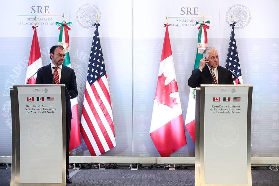 2018年2月2日,美國國務卿蒂勒森(右)及墨西哥外交部長維德加瑞舉行聯合記者會,蒂勒森提醒墨西哥必須注意俄羅斯可能發動黑客網絡攻擊,干擾七月的總統大選。(Hector Vivas/Getty Images)