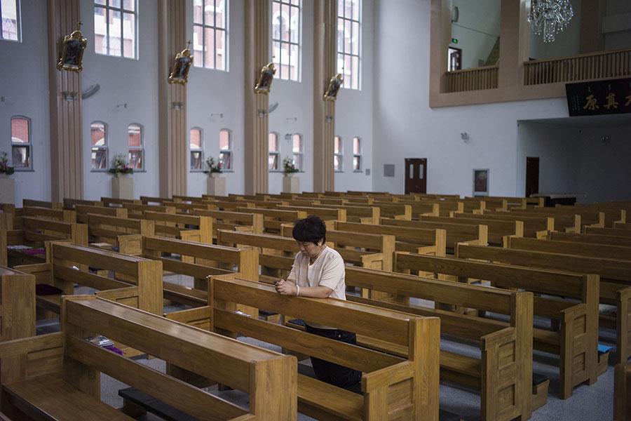 中共新版《宗教事務條例》2月1日上路,當天河南省便有19個鄉鎮的基督教家庭教會遭查封。圖為天津一間天主教堂。(FRED DUFOUR/AFP/Getty Images)