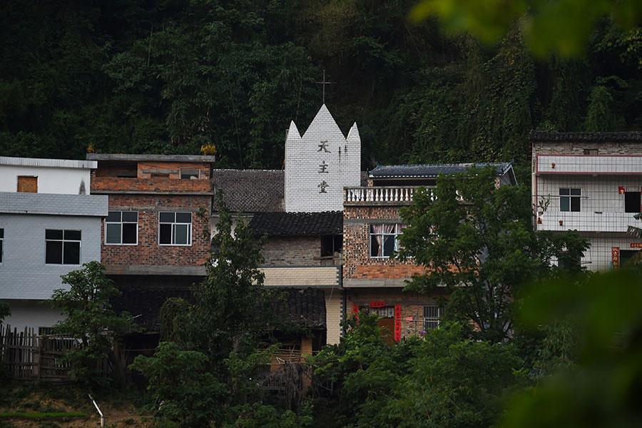 中國主教任命的問題,傳出協議已準備就緒,學者認為,就算梵蒂岡向中共妥協,也無法改善中國教徒的環境。圖為中國地方天主教堂。(GREG BAKER/AFP/Getty Images)