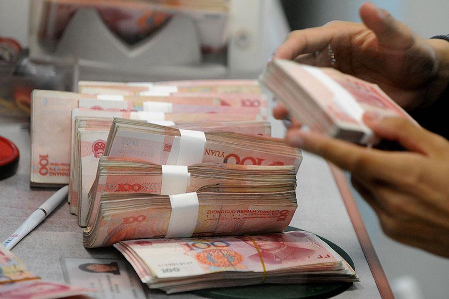 中共正在提倡全球使用人民幣,但是根據一項重要全球指標,人民幣仍然遠遠無法撼動美元的地位。(MARK RALSTON/AFP/Getty Images)