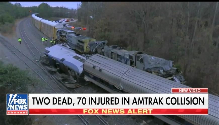 美鐵一輛客車2月4日凌晨在南卡州段,與一輛貨運列車相撞,造成至少2人死亡、70人受傷。(霍士新聞擷圖)