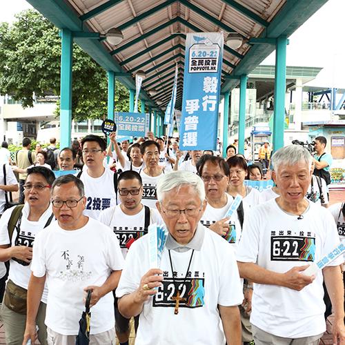 2014年6月,當時已82歲的陳日君樞機堅持走完84小時的「 毅行爭普選 」,為香港爭取民主發聲。(大紀 元資料圖片)