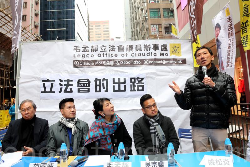 昨日在旺角的街頭論壇,姚松炎建議成立「民間廉政公署」,集合民間力量,調查高官的瀆職事件。(李逸/大紀元)