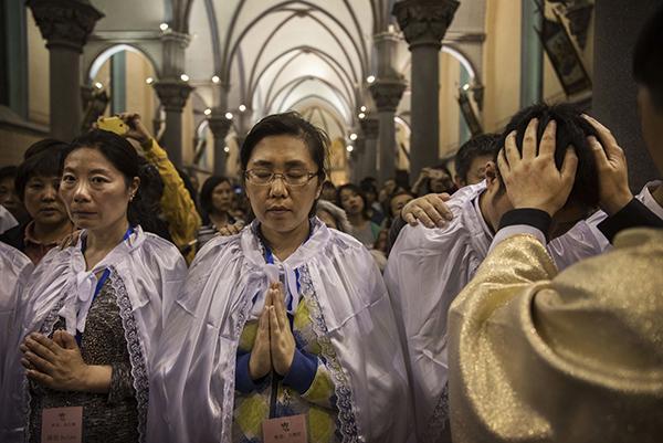 圖為2017年4月15日,中共批准的西北京天主教教堂舉行復活節慶祝活動特別儀式。(Kevin Frayer/Getty Images)