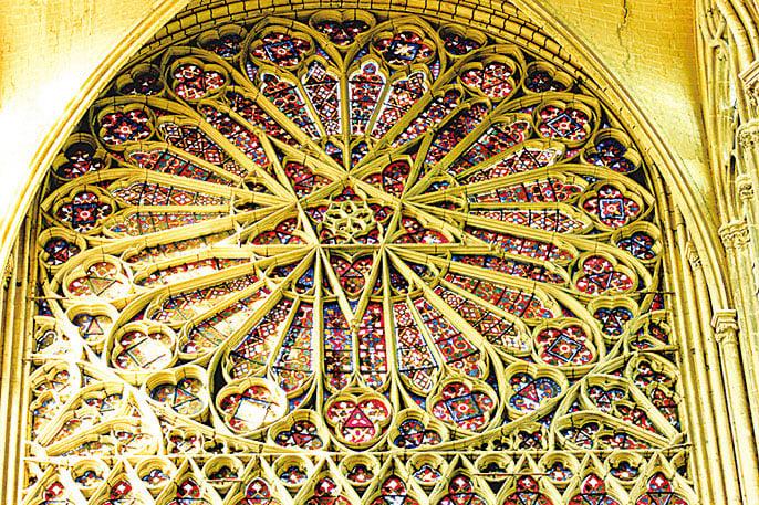 亞眠主教座堂內彩色玻璃窗。