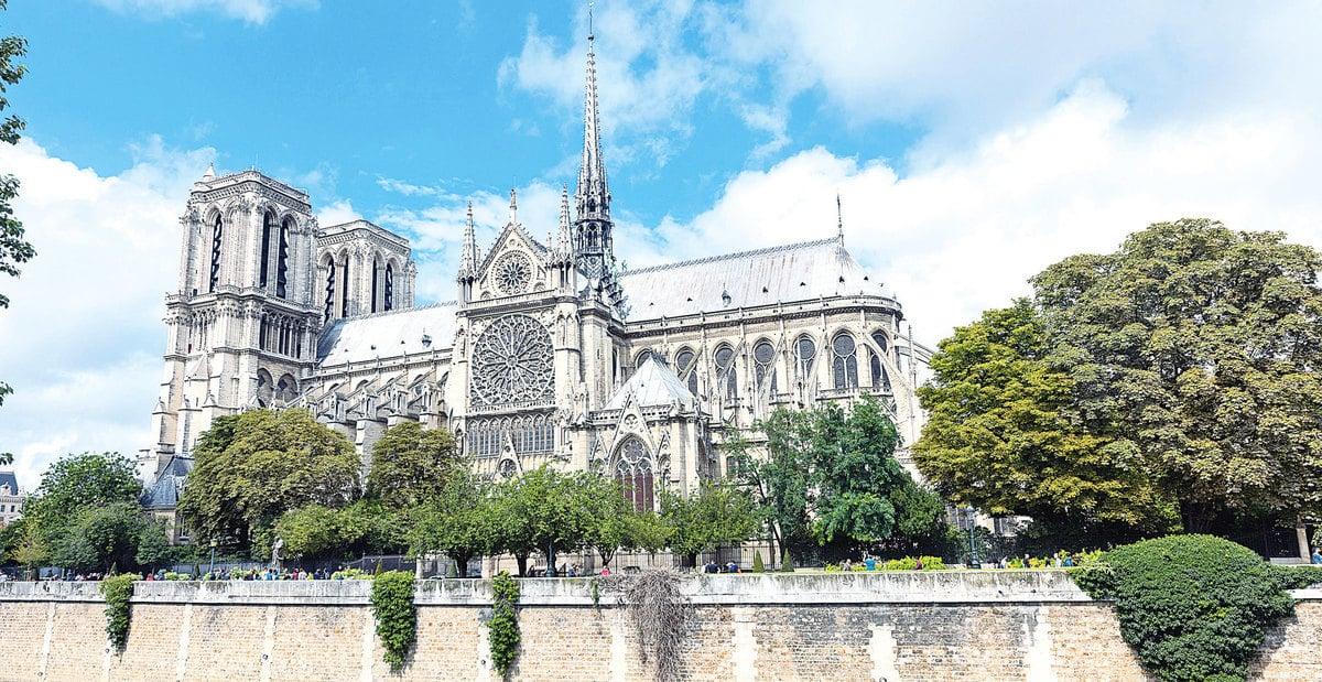 巴黎聖母院(法語:Notre-Dame de Paris)是法蘭西島地區的哥德式教堂群裏面,非常具有關鍵代表意義的一座。