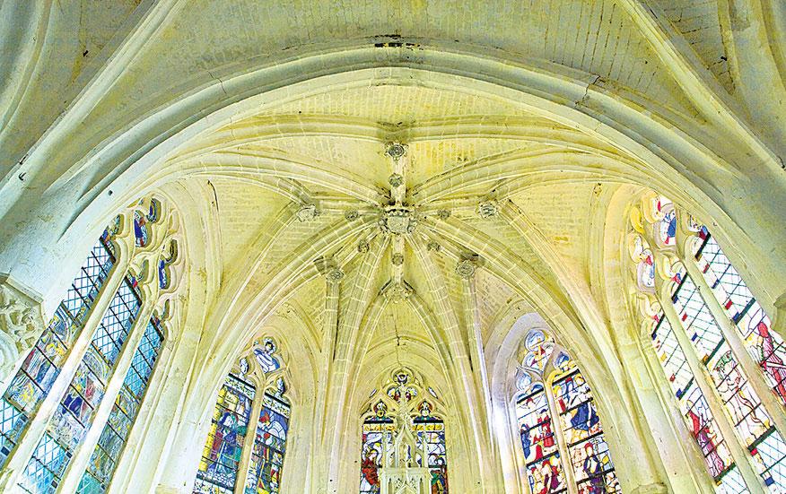 巴黎聖母院內彩色玻璃窗