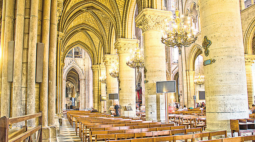 巴黎聖母院內景。