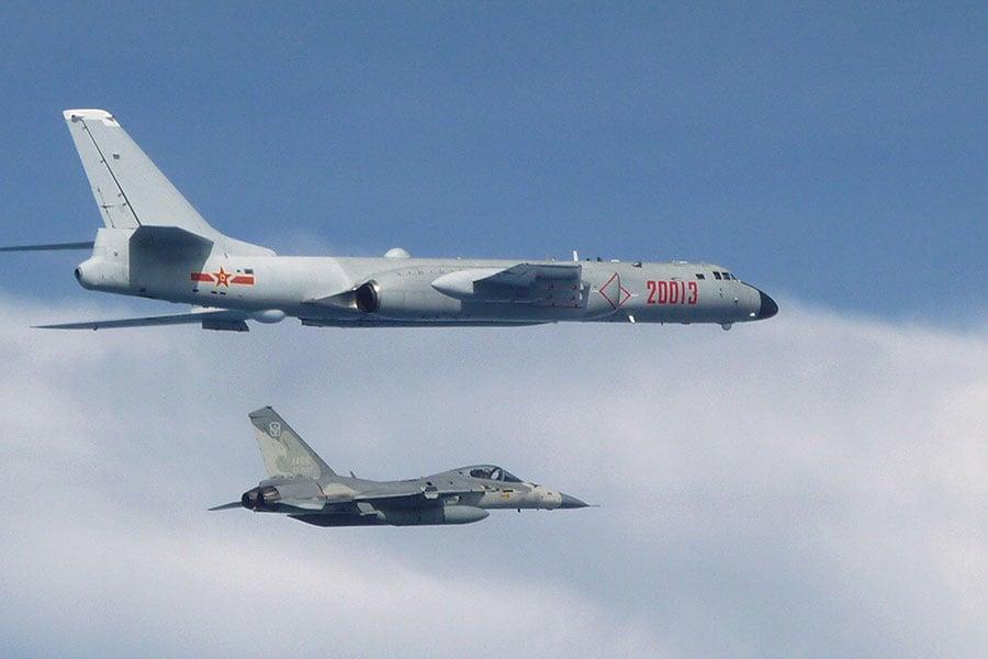 圖為共軍轟炸機(上)飛經台灣附近空域,台灣空軍出動經國號戰機(下)警戒。(台灣國防部提供)