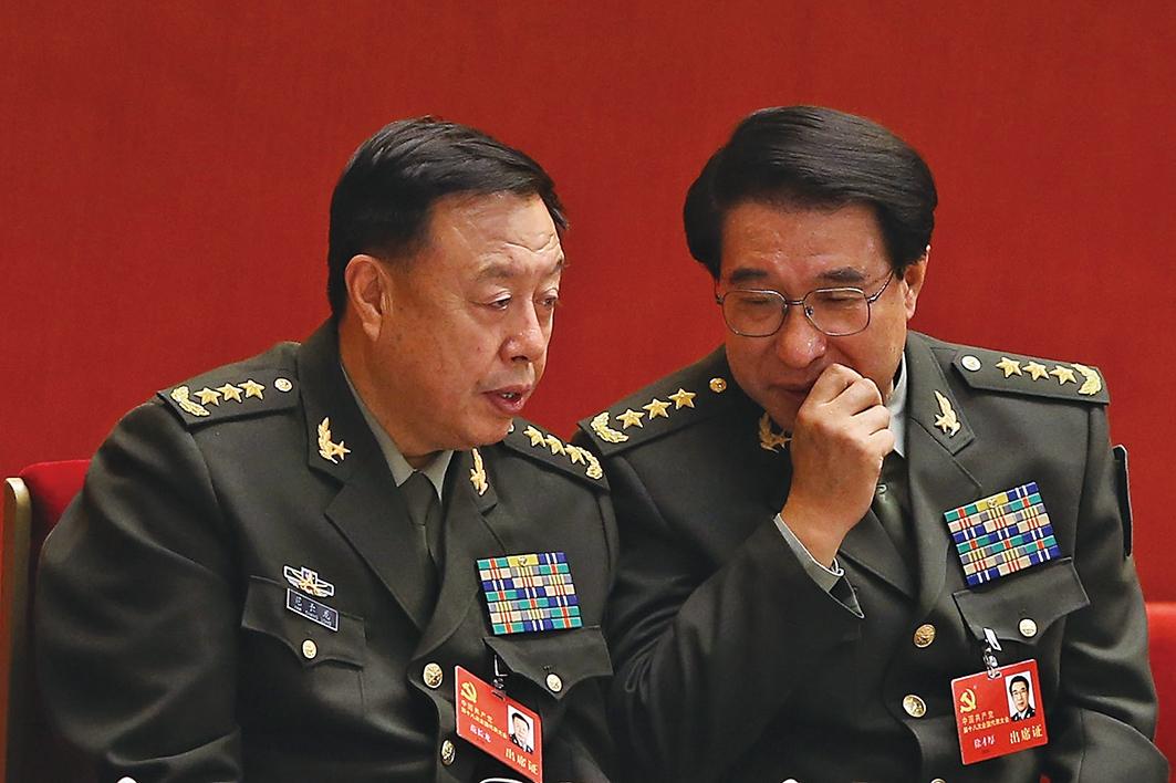 自2014年徐才厚(右)落馬後,海外就傳范長龍(左)「要出事」,指范是徐一手提拔的鐵桿親信。(Getty Images)