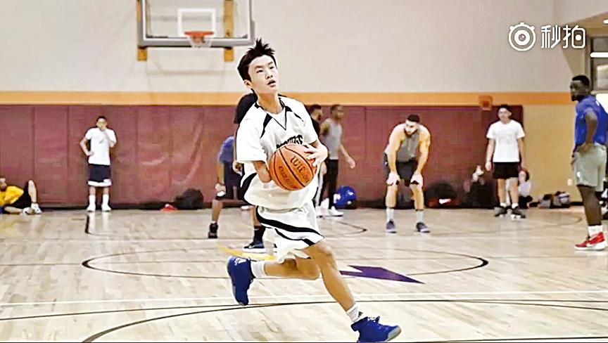 美國波士頓15歲男孩Ben Pimlott一出生就只有一隻手臂,卻成為高中籃球隊的主力。(視頻截圖)