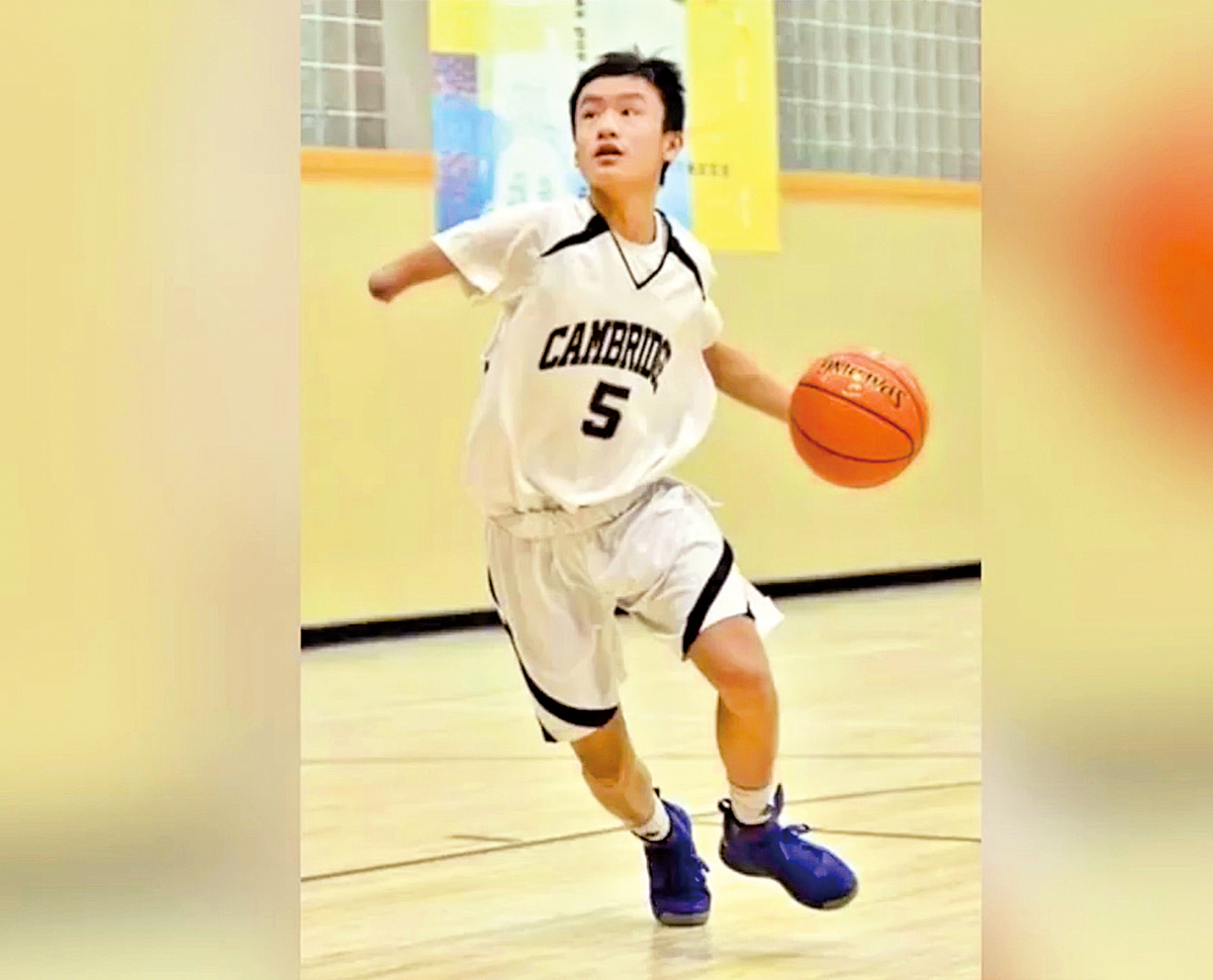 Ben 雖然沒有一 般人良好的運動 條件,但他每天 下課就拿著籃球 努力練習投籃。 ( 視頻截圖)