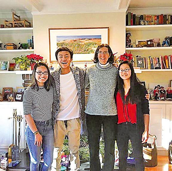 Ben與養母及姐姐。(網絡圖片)
