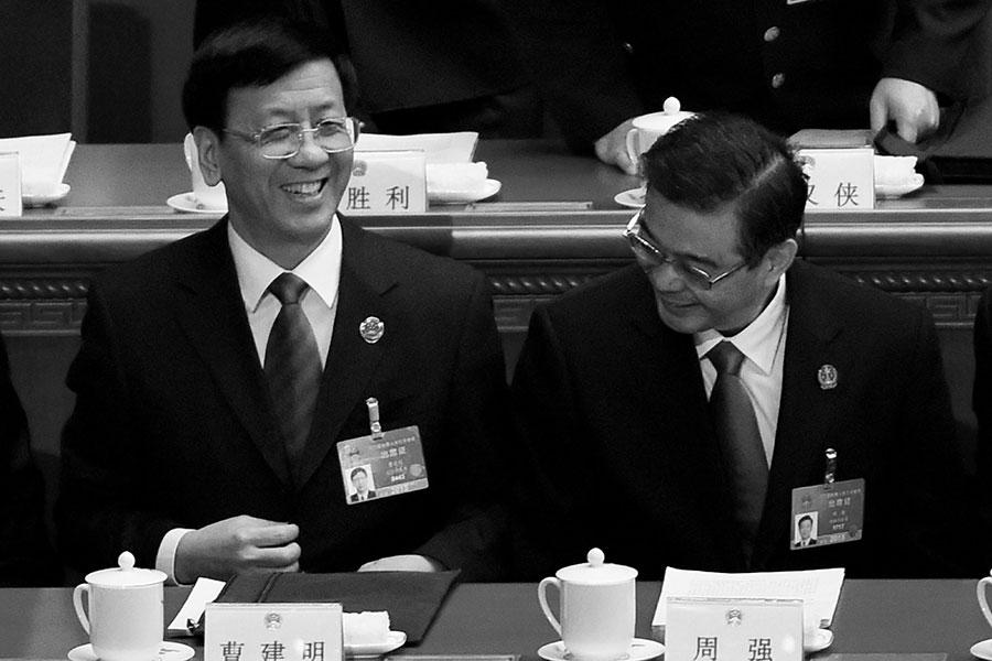 據傳,中共最高法院院長周強(右)、最高檢察院檢察長曹建明(左),都將被貶到人大。(WANG ZHAO/AFP/Getty Images)