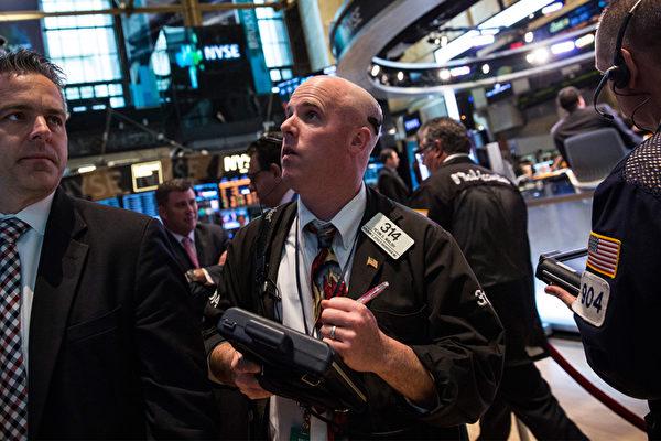 美道瓊斯指數周一(2月5日)單日跌幅1,175點,市場反應不一。(Andrew Burton/Getty Images)