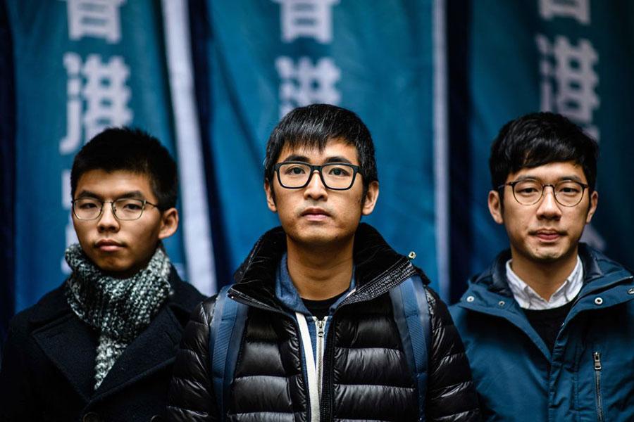今日下午香港終審法院就「雙學三子」公民廣場案宣判,裁定前學生領袖黃之鋒(左)、羅冠聰(中)和周永康(右)上訴勝訴,維持原審判決。(ANTHONY WALLACE/AFP/Getty Images)