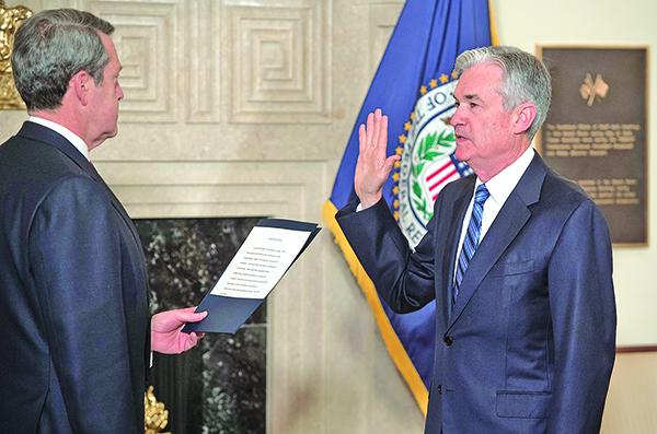 鮑威爾(右)5日於美聯儲Fed華府總部正式宣誓就職聯儲主席。由副主席Randal Quarles監誓。(AFP)
