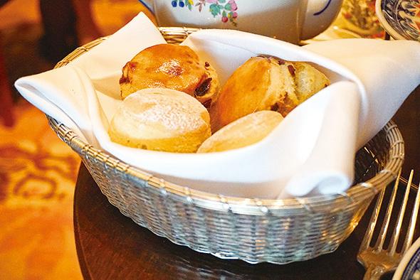 熱辣辣外脆內軟嘅傳統scone。