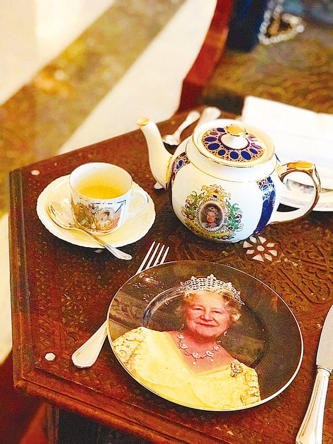 英式餐具盡是英國皇室圖案同英女皇頭像,好有氣派,全部都係可以買走㗎!