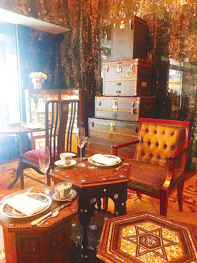 六角形嘅古董茶几好典雅, 茶几上星形圖案好似大衛星靚到不得了。