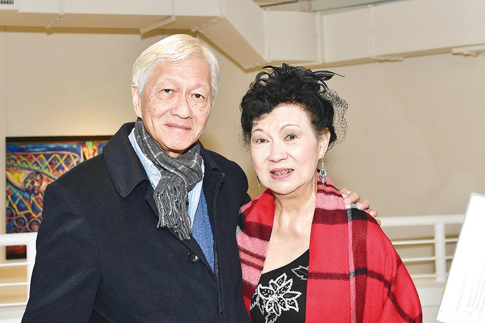 關玲玲(右)與作家李怡。(郭威利/大紀元)