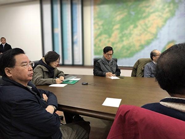 台灣花蓮強震,台灣總統蔡英文(左2)2月7日凌晨約2時在總統府內狀況室與國防部長、行政院長等視訊連線,實際了解目前災情以及救災投入狀況。(總統府提供)