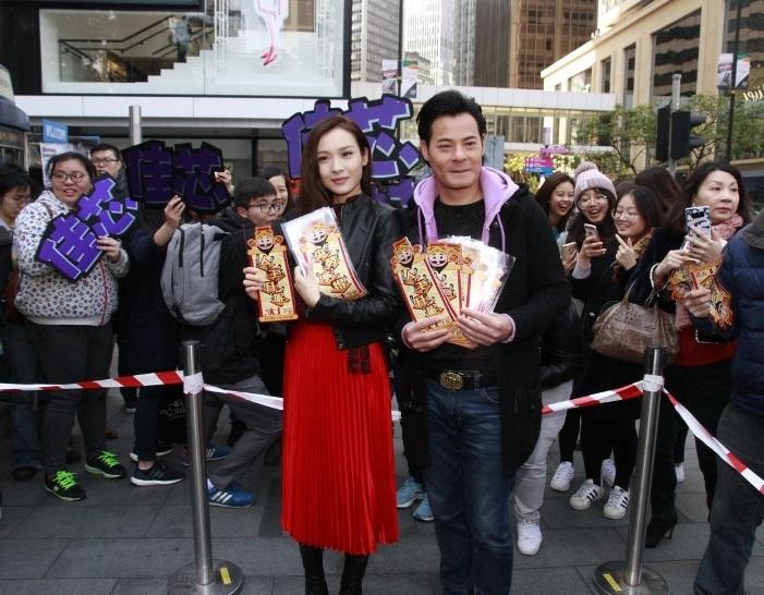 李佳芯與黃智賢在街頭宣傳《波士早晨》向現場觀眾派發揮春。(網絡圖片)