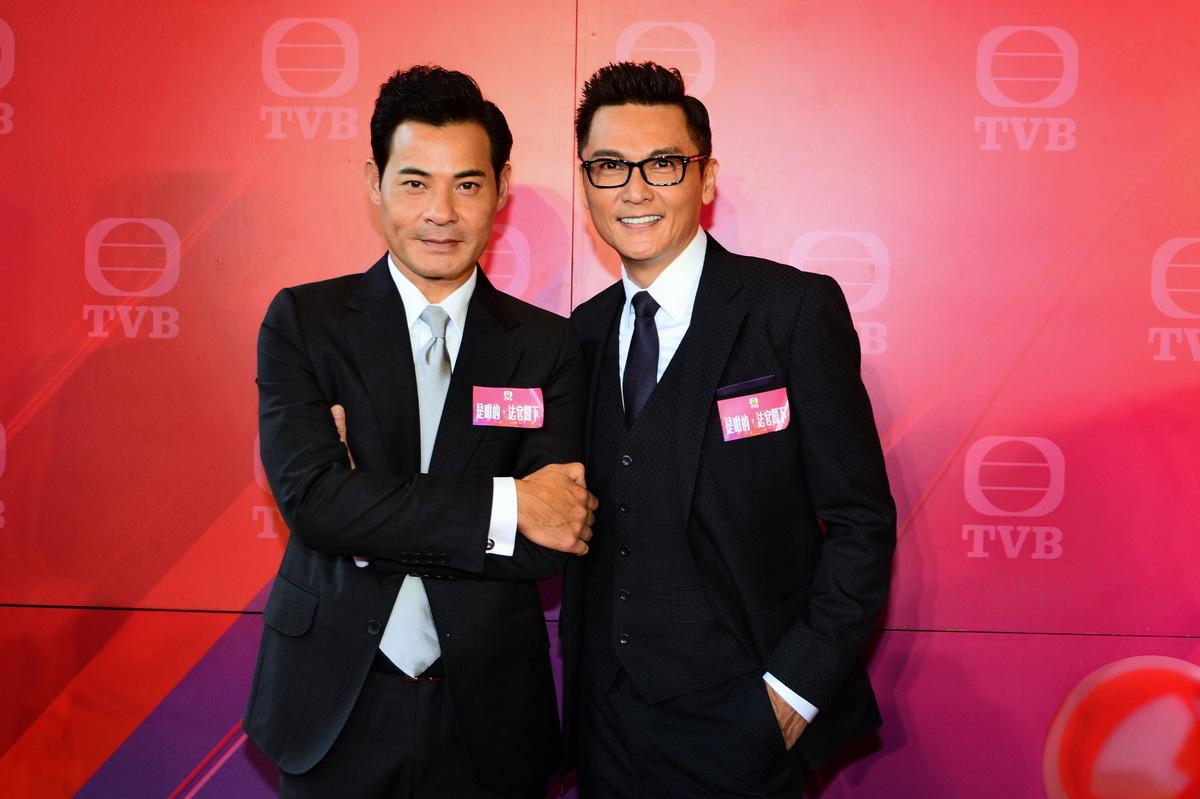 黃智賢(左)在無綫賀歲劇《波士早晨》中飾演一位賤精老闆。(資料圖片)