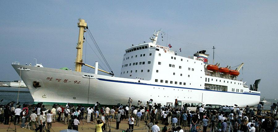 南韓專家認為,北韓讓其藝術團搭乘萬景峰92號客輪前往南韓,旨在突破南韓對北韓的制裁措施。圖為2003年8月25日,萬景峰92號抵達日本新潟縣。(Koichi Kamoshida/Getty Images)