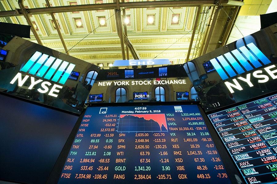 美國道瓊斯指數周一(2月5日)單日下跌1,175點創下歷史新高,但以百分比而言,並沒有進入歷史前50高。現在的美國股市仍處在歷史高點,只是不會像過去幾年經歷的那樣繼續保持強勢增長,但也不意味著迎來經濟蕭條。(BRYAN R. SMITH/AFP/Getty Images)