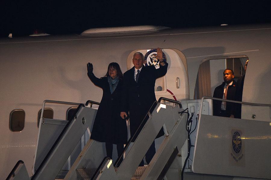 2月6日,彭斯攜夫人抵達美軍駐日橫田空軍基地(Yokota Air Base)。(AFP PHOTO/Toru YAMANAKA)