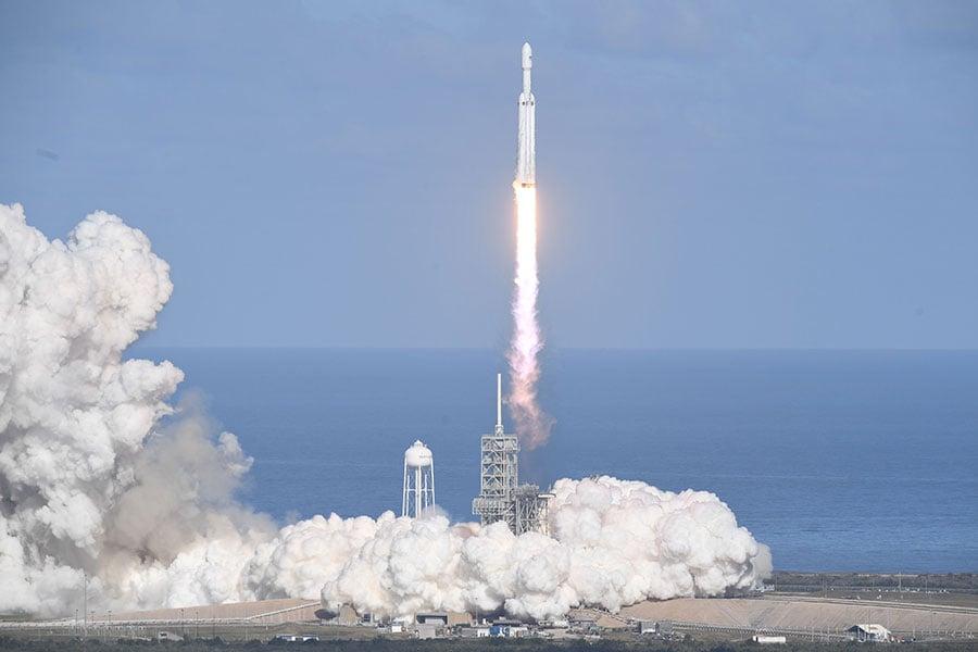 2月6日下午,SpaceX成功發射了世界上最強大的火箭——獵鷹重型火箭。(JIM WATSON/AFP/Getty Images)