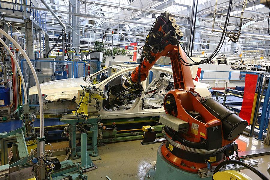 德國機械人製造商庫卡2016年被中資企業收購,引起德國社會關於保護知識產權的大討論。圖為庫卡機械人在戴姆勒汽車生產線上工作。(Thomas Niedermueller/Getty Images)