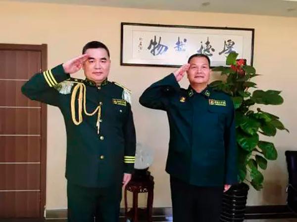 假冒國務院參事和將軍的上官鳳笠(右)。(網絡圖片)