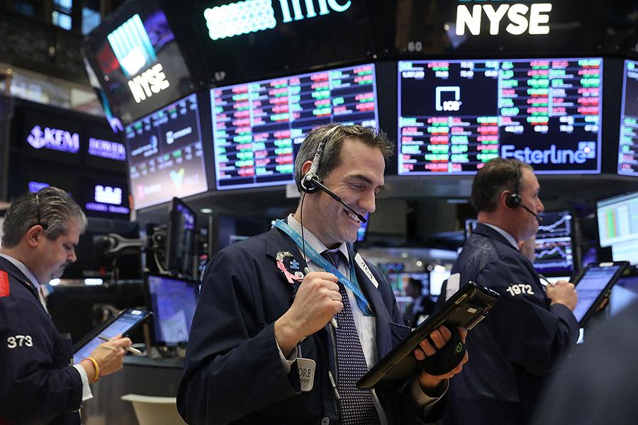 經過兩日激烈的崩跌,美股周二(6日)在科技股的強勢反彈下獲得喘息,道指大漲567點(漲2.33%)。(Spencer Platt/Getty Images)