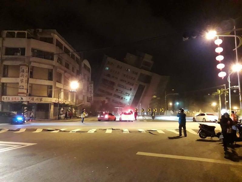 台灣消防署2月7日凌晨表示,花蓮地區6日深夜11時50分發生黎克特制規模6地震,造成市區統帥飯店傾倒,另有6棟建物傾斜倒塌。(民眾提供/中央社)