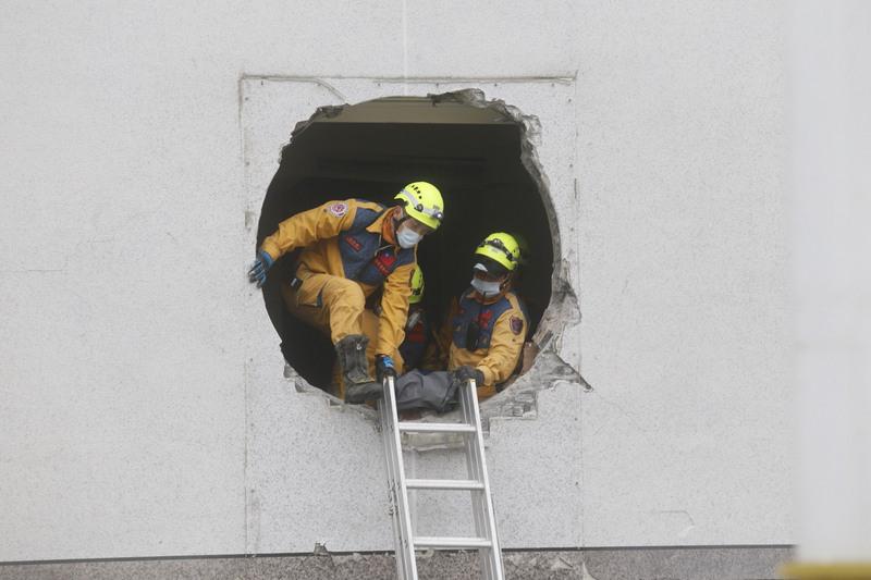 台灣花蓮地區6日深夜強震,統帥大飯店1樓到3樓塌陷,仍有2名櫃台人員受困,救難人員7日持續搜救中。(中央社)