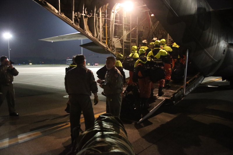 台灣花蓮強震,空軍2月7日凌晨出動C-130運輸機搭載陸軍特戰指揮部的特戰官兵前往花蓮市投入救援工作。(國防部提供/中央社)