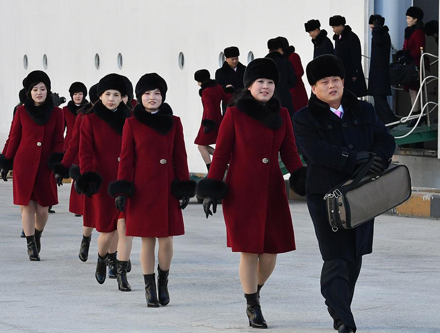 7日,乘「萬景峰92」號郵輪抵韓的北韓藝術團團員們在下船。(SONG KYEONG-SEOK/AFP/Getty Images)