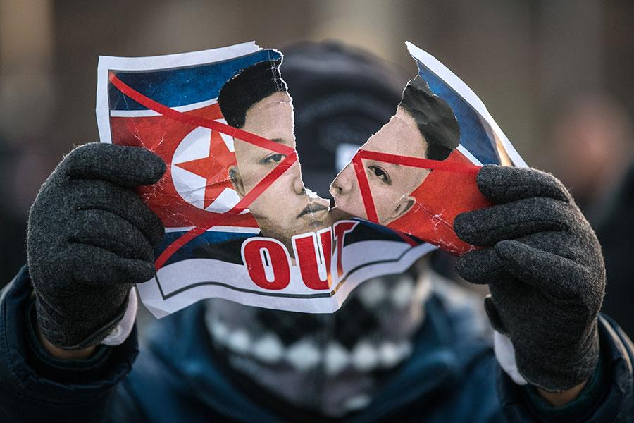 有南韓民眾撕毀印有北韓領導人金正恩肖像的單張,以示抗議。(Carl Court/Getty Images)