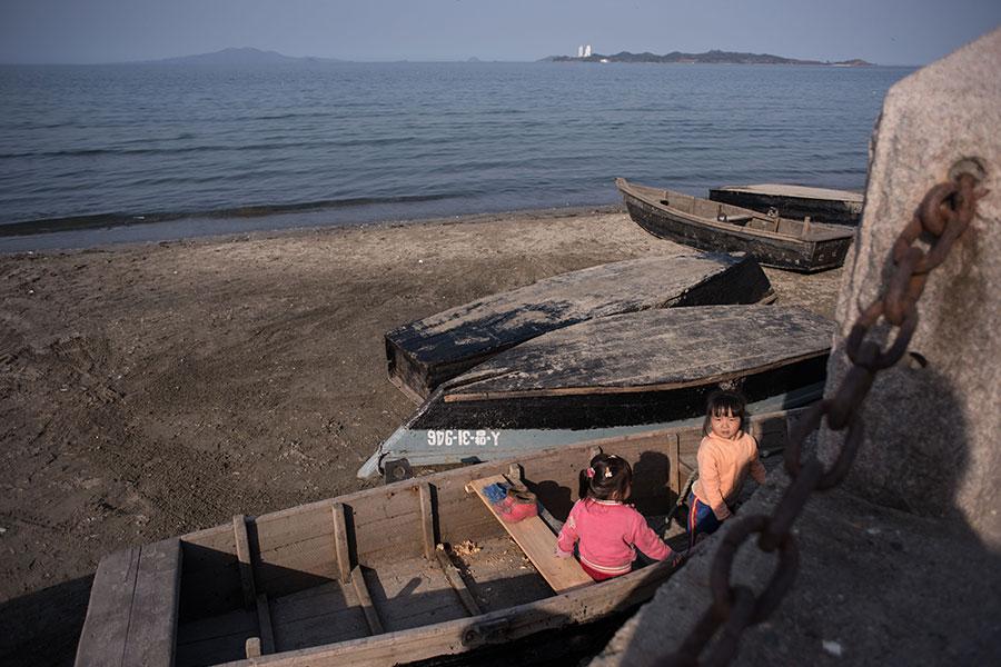 南韓「每日北韓」網站報道稱,北韓加嚴控管,以防範士兵逃脫事件再次發生。圖為2017年4月11日,江原道首府元山市海邊的船隻。(ED JONES/AFP/Getty Images)