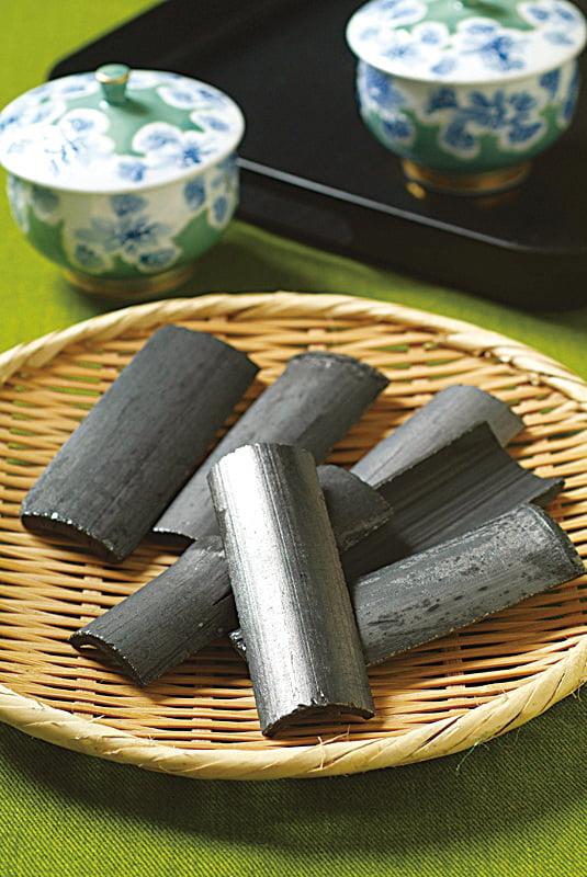 茶水中放入長炭或竹炭一起煮沸,能完全消除水中的石灰味,使水的味道變得更溫潤。(網絡圖片)